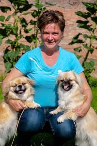 Susanne Lachmann mit ihren Tibet-Spaniel Merry und Elysa
